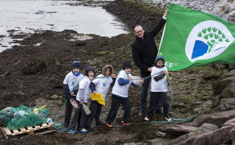 CMK 21112016  REPRO FREENO FEE  Ryan Murphy, Jamie Beston O'Keeffe, Cody Lake, Rowan McSweeney,  JP Curtin of Scoil Naisiúnta Chros tSeáin, Crosshaven Boy's NS.   Students from Crosshaven Boys National School pictured with Simon Coveney, T.D., Minister for Housing, Planning, Community and Local Government and _____ of An Taisce at the launch of the latest Green-Schools theme focusing on marine litter. This new theme, supported by Minister Coveney's Department will raise awareness about the impact of marine litter on our coasts and marine life and encourage students and the wider community to take action to combat this growing issue.  Picture: Clare Keogh